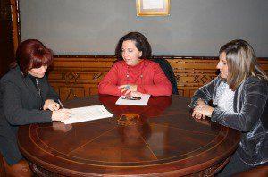 De izquierda a derecha, Caridad Cañas, Ana Morillo y la alcaldesa Irene Garcia.